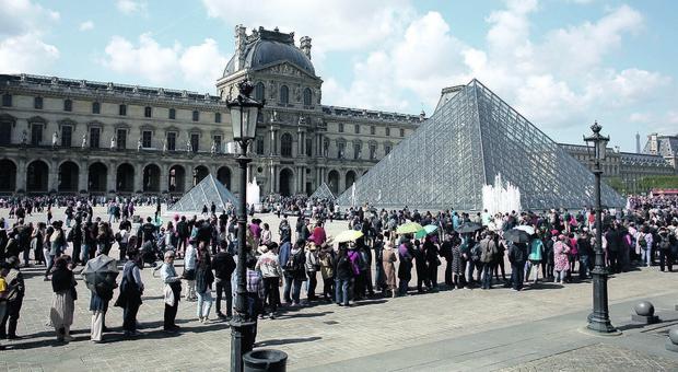 Troppi visitatori, Louvre costretto a chiudere: da ottobre obbligo di prenotazione