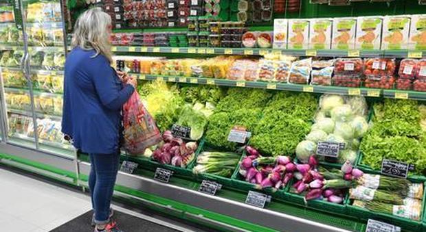 Arriva il caro-spesa: sacchetti a pagamento per frutta e verdura