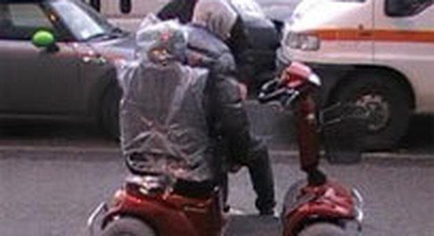 Roma, disabile fugge contromano con la carrozzella inseguito dal giovane badante
