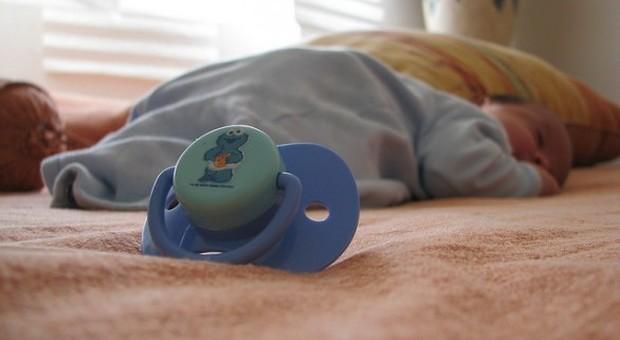Pisa, bimbo di due mesi cade dalle braccia del padre mentre lo culla e muore in ospedale