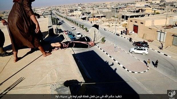 Isis, nuova esecuzione in Iraq: jihadisti gettano da un palazzo uomo accusato di omosessualità