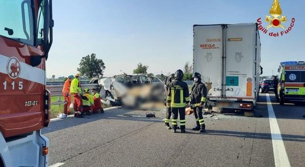 Incidente in A21, 5 morti nello schianto tra furgone e tir: autostrada chiusa nel Piacentino