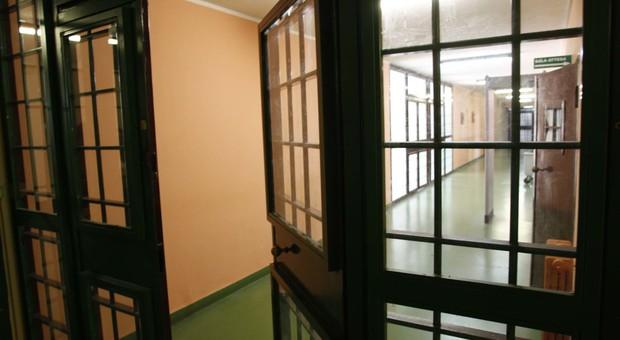 La fidanzata detenuta lo lascia, lui non ci sta ed entra in prigione scalando un muro alto 4 metri