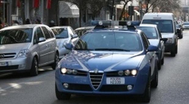 """Nudo sulla minicar urla """"sono il Messia"""" e prende a schiaffi i passanti: bloccato dalla Polizia"""