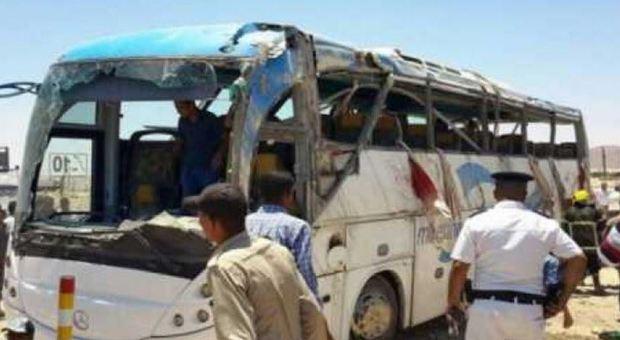 L'Isis attacca un bus di cristiani: sette morti e 14 feriti