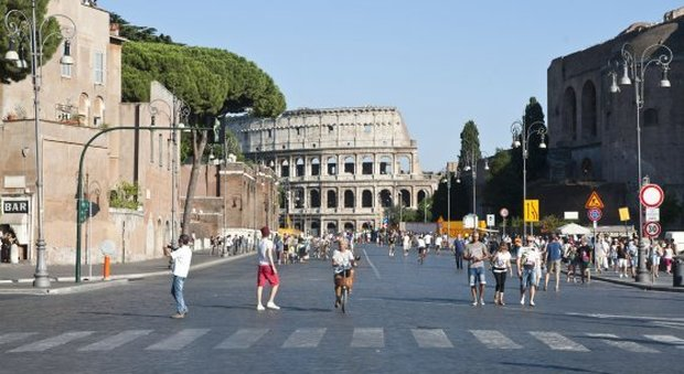 Roma, tornano le auto ai Fori Imperiali. Marino scrive alla Raggi: «Signora sindaca, pensi anche al suo bambino»
