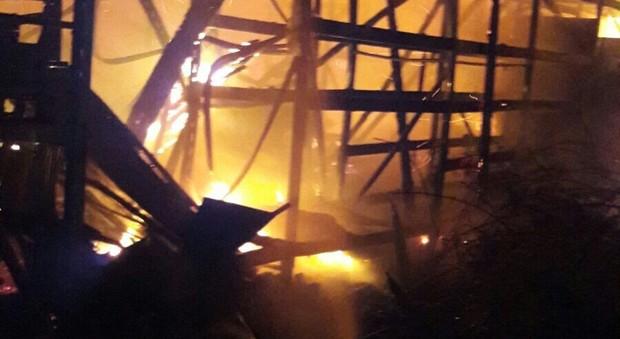 Ardea, fiamme in un capannone edile