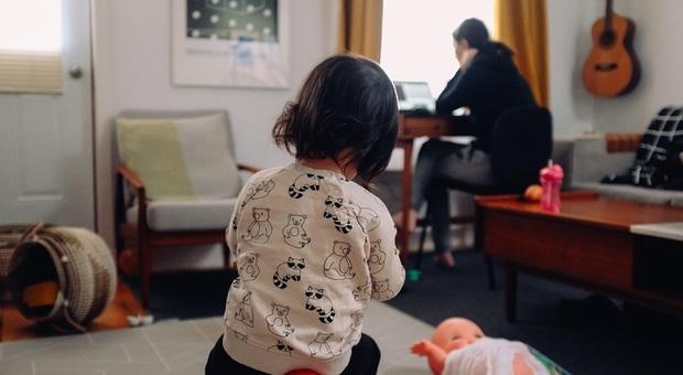Figli e smart working, Save the children: «Per il 74% delle mamme il carico del lavoro è aumentato»