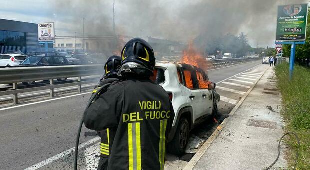 Jeep si incendia sul raccordo autostradale, il conducente si salva scappando velocemente dall'auto