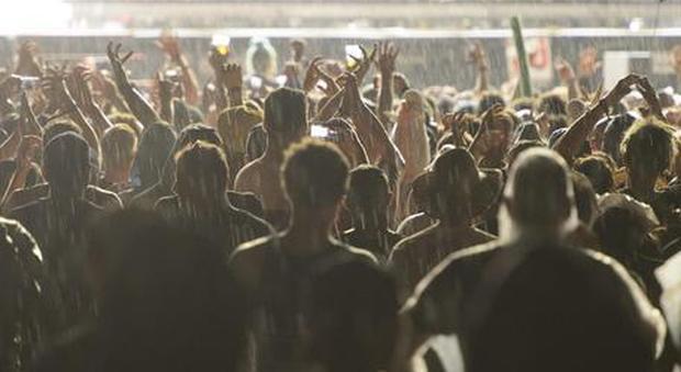 Coronavirus, rave party in spiaggia a Pozzuoli. Il sindaco: «Irresponsabili»