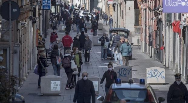 Coronavirus, a Napoli folla in strada nei rioni. E salta la processione di San Gennaro