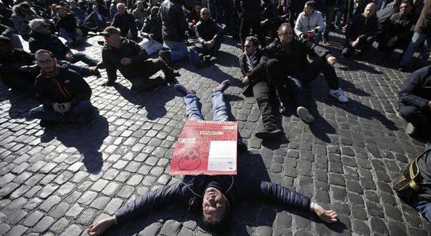 Roma, Ncc in piazza: «Pronti a paralizzare la città». Traffico in tilt in centro