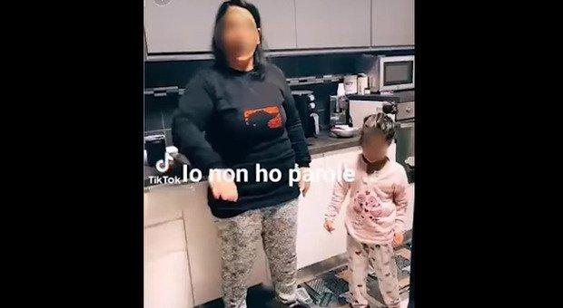 Bambine si picchiano su TikTok incitate dagli adulti: il video indigna il web. «Segnalate agli assistenti sociali»