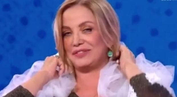 Simona Izzo punge Belen a Vieni da me: «Costanzo? Ecco perché non lo sposai»