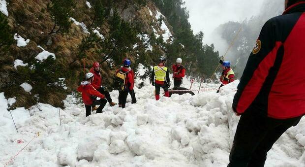 Belluno, sciatore travolto da valanga, recuperato il corpo senza vita sotto 80 centimetri di neve