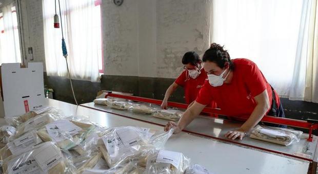 Coronavirus, fra Conte e sindacati firmato protocollo sul lavoro: «L'Italia non si ferma»