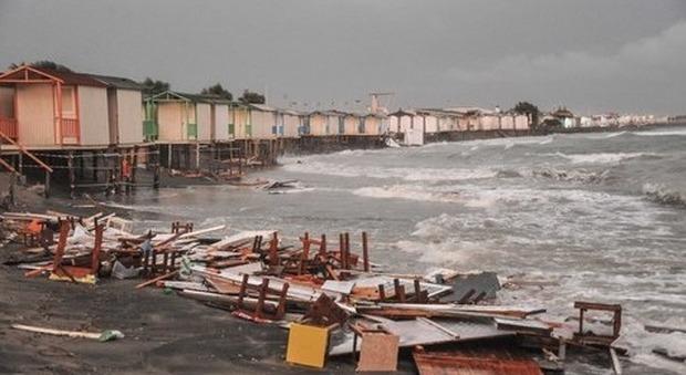 Roma, nubifragio a Ostia: cabine distrutte