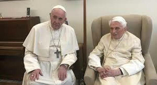 Dopo Papa Francesco anche Ratzinger si è vaccinato, il loro esempio fa breccia sui no-vax in Vaticano