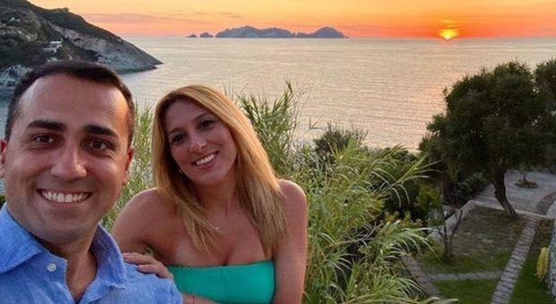 Di Maio in vacanza a Ponza, il selfie con la fidanzata Virginia Saba: «L'Italia è il paese più bello del mondo»