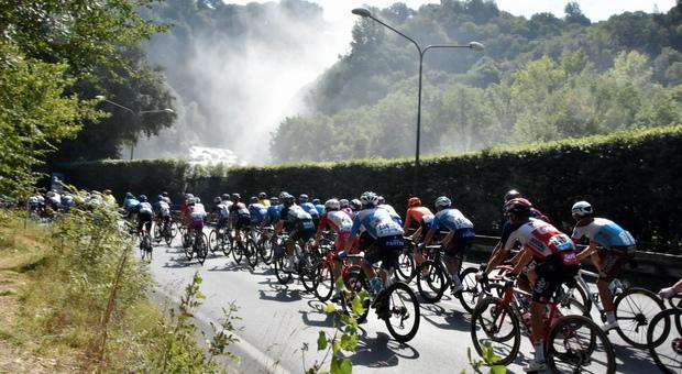La scorsa edizione della Tirreno-Adriatico con sullo sfondo la cascata delle Marmore