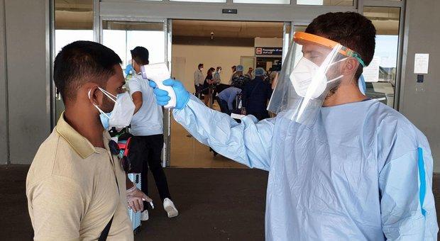 Roma, volo dal Bangladesh: 225 persone in isolamento, 12 positivi ...