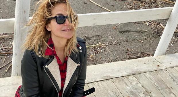 Barbara D'Urso, l'ultima foto in vacanza al mare prima del ritorno a Milano. I fan notano un dettaglio: «Ma come hai fatto?»