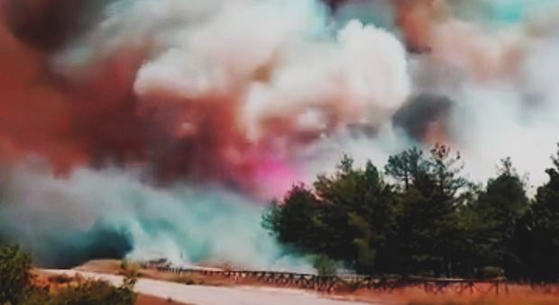 Urbino, inferno di fuoco: case sgomberate e strada chiusa