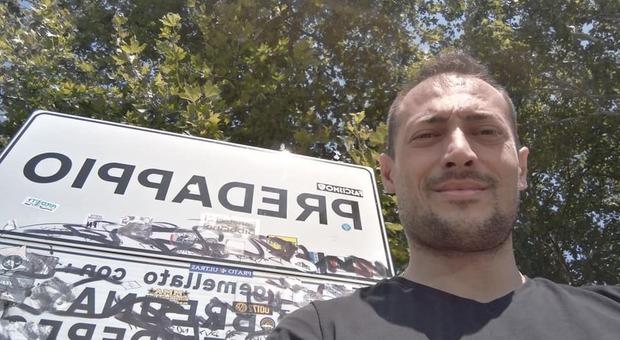 Pubblica su Facebook le foto della visita alla cripta di Mussolini: sospeso consigliere della Lega
