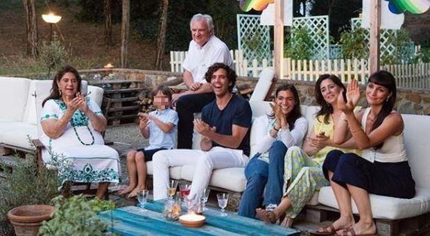 Il post di Mika su Instagram con tutta la famiglia in un momento felice