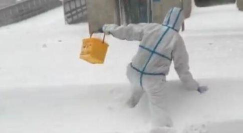 """Madrid, tempesta di neve """"Filomena"""" blocca i voli ma non gli sforzi dei sanitari: la foto simbolo dell'emergenza"""