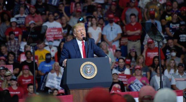 Trump, poca folla al comizio: il tycoon accusa media e dimostranti