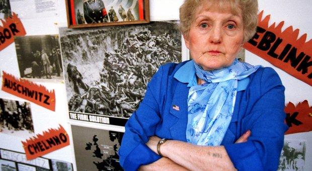 """Addio a Eva Kor, l'ultima delle """"gemelle di Mengele"""" che perdonò i suoi aguzzini e raccontò al mondo gli orrori di Auschwitz"""