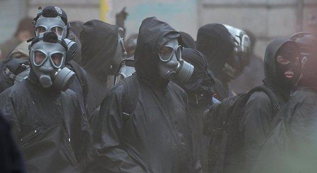 Scontri Milano, casseur e black bloc: ecco chi c'è sotto ai cappucci neri