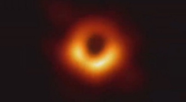 Scattata la prima foto di un buco nero. «È l'immagine del secolo» Diretta tv