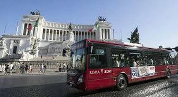 In alto un bus Ata a piazza Venezia