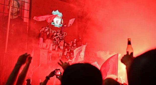 Premier League, a Liverpool festa tra fuochi d'artificio e polemiche