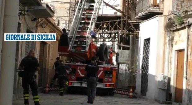 Paura a Palermo, crolla palazzina in centro: si scava sotto le macerie