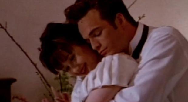 Luke Perry malato, Brenda e il tenero abbraccio di Dylan: la foto di Shannen Doherty commuove il web