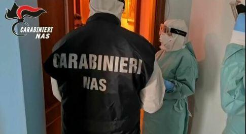 Medicine buone tra i farmaci scaduti: parroco e sindaco chiamano i carabinieri