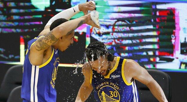 Nba, super Curry segna 49 punti con 10 triple: Warriors battono i 76ers 107-96