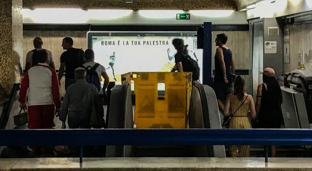 Metro Roma, incidente scale mobili. I sabotaggi concordati in una chat: «Cambiate i codici di quegli allarmi»
