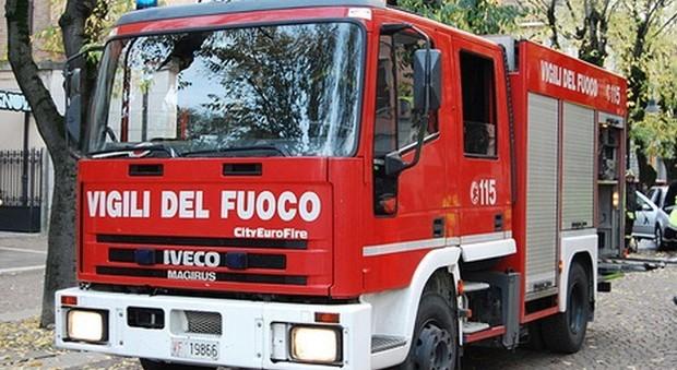 Milano, esplosione e incendio in un bar: 10 feriti, palazzo sgomberato