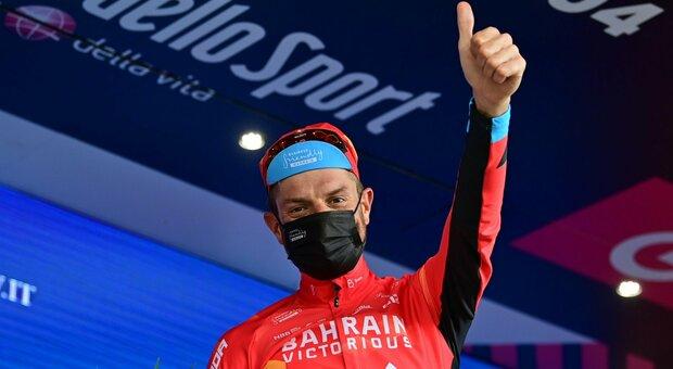 Il gesto commovente di Damiano Caruso: ringrazia il compagno e va a vincere la tappa