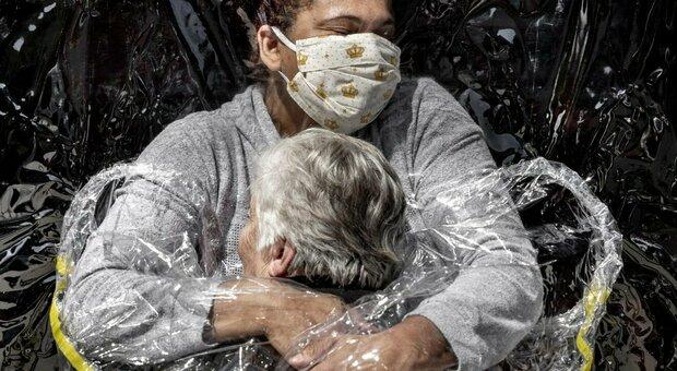 World Press Photo, lo scatto dell'anno racconta una storia: abbracciarsi al tempo del Covid