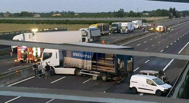 Assaltano tir su A16, ma il camion è vuoto: rapinatori fuggono dopo aver incendiato due veicoli
