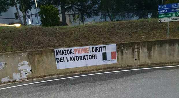 Amazon, striscione delle Mascherine Tricolori a difesa dei diritti dei lavoratori