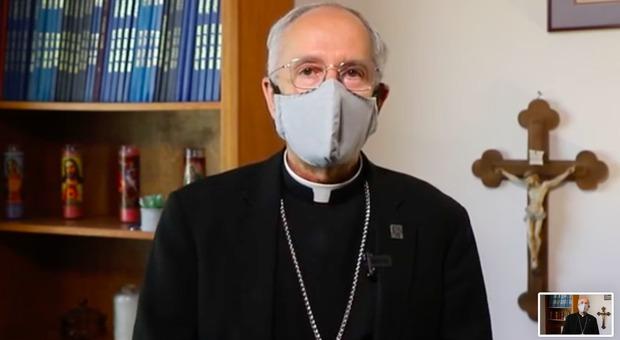 Il Papa non indossa mascherine? Ecco il tutorial del vescovo Usa: «Non è un optional»