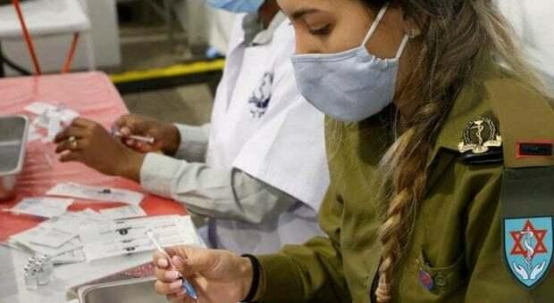 """Vaccino, terza dose """"booster"""": reazioni simili o inferiori alla seconda, lo studio in Israele"""