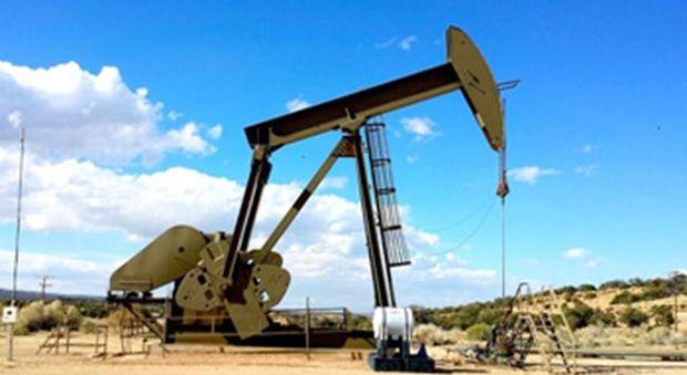 Petrolio risale con il mini dollaro ma produzione USA supera Arabia
