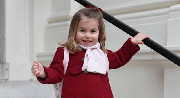 Gb, primo giorno d'asilo per la piccola Charlotte: sorridente nelle foto scattate da mamma Kate
